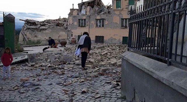 """TERREMOTO – Metà delle vendite de """"Il fascino"""" sarà devoluta alla Croce Rossa"""