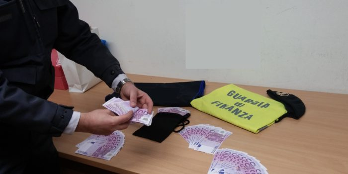 DOGANA – Aveva 62mila euro nelle scarpe, fermato un ottantenne italiano