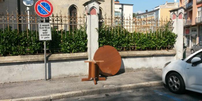 LA FOTO – Quel mobile abbandonato in piazza. Proprio alla Festa del legno
