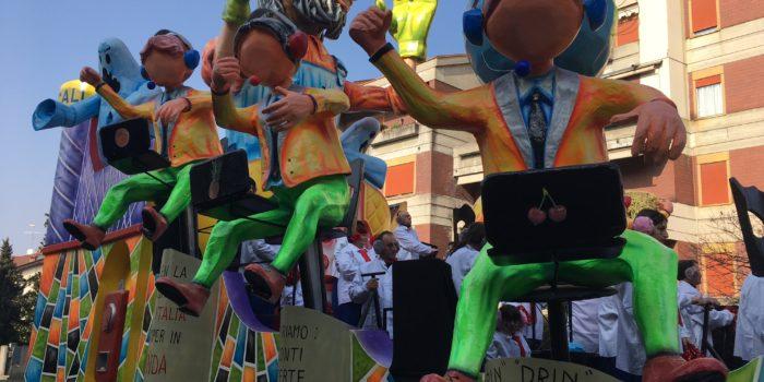 SPECIALE – La prima sfilata dei carri canturini di Carnevale: foto e video