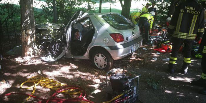 CARIMATE – Auto fuori strada sulla SP35, due feriti. Alla guida c'era un 16enne