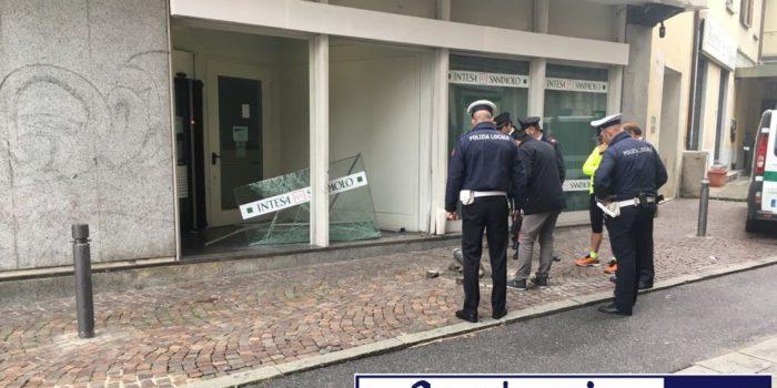 CRONACA – Sfondato l'ingresso della banca in piazza Garibaldi, forse un incidente