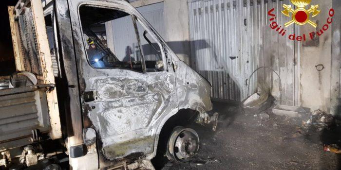 FIGINO – Un autofurgone va a fuoco nella notte, esclusa l'ipotesi del dolo