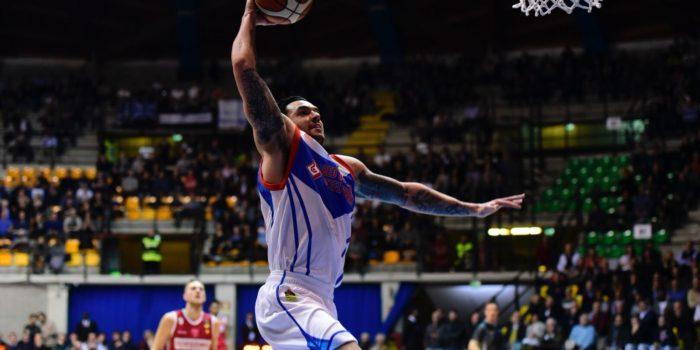 BASKET – Cantù accelera e poi controlla: vittoria 91-82 a Pesaro con un super Burns