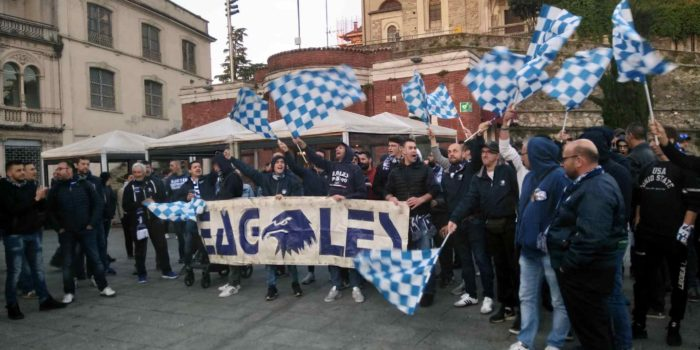 """BASKET – """"Grazie ragazzi, comunque"""": dai tifosi saluto alla squadra in piazza"""