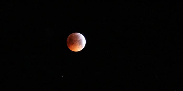 ECLISSI LUNARE PARZIALE – Occhi al cielo questa notte: il 'picco' sarà alle 23:30