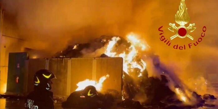 CERMENATE – Incendio nella ditta di carta e plastica riciclata. Sospetto doloso